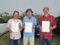 ミニクラス入賞者(優勝の山本さん(中央)、2位の管理者(左)、3位の大村さん))