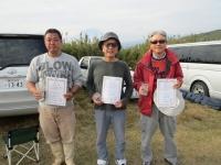 オープンクラス入賞者(2位の石井選手(左)、優勝の菅原選手(中)、3位の中村選手)