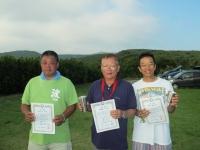 スケールクラス優勝の田野倉選手(中央)、2位の石井選手(左)、3位の豊山選手(右)