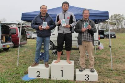 第2戦入賞者(優勝の櫻井尚人選手、2位の櫻井英世パパ、3位の大高選手)