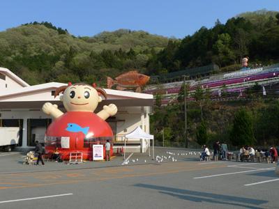 ヤマサ蒲鉾の工場風景