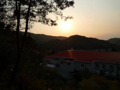 工場と夕日