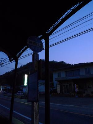清水橋バス停にて