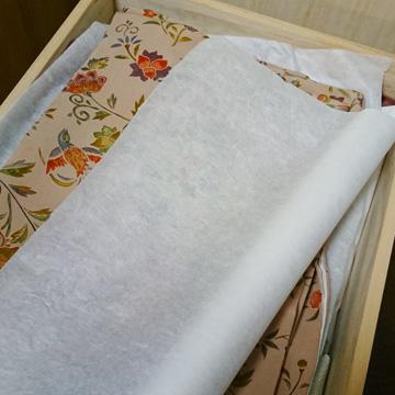 着物の間に和紙ロールを挟んで収納