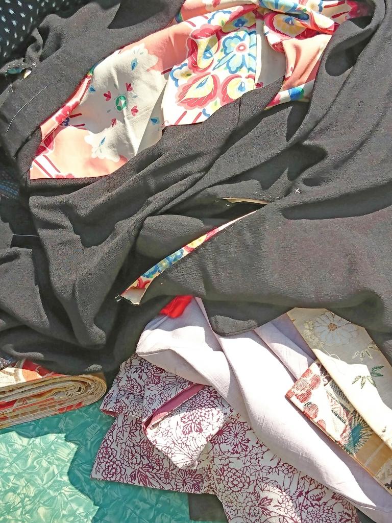 骨董市で露台に広げられた着物
