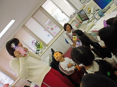 31事務室にも遊びに行ったよ!「trick or treat」の元気な声に先生達もびっくり!.JPG