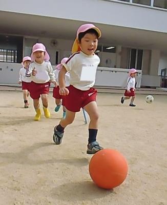 33戸外あそびではサッカーを楽しんでいます!ボールを追いかけて走る姿は風のようですね!!!.JPG