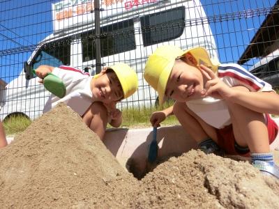 11-1砂場で遊んだよ♪仲良く一緒にお山をつくっています.JPG