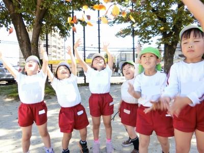 11-3木の葉を集めて舞わせています?「キャー」と大喜び♪.JPG