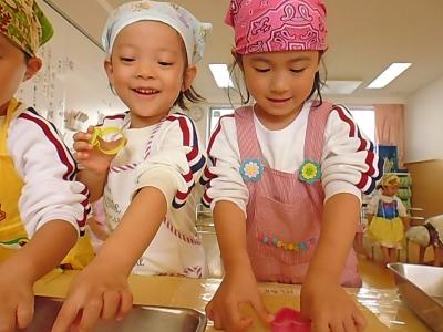 12-1 クッキーの生地に型を押して綺麗な形を作るよ?どの形にしようかな〜?.JPG
