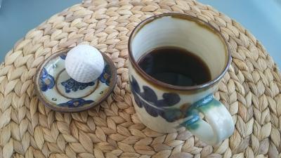 コーヒーとゴルフボール.JPG