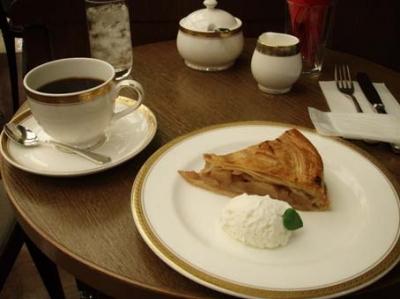 銀座トリコロールのアップルパイとコーヒー