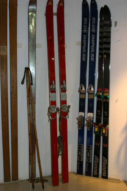 天狗山資料館に展示されている昔のスキー