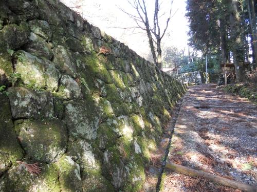 大手道の苔むした石垣