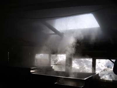 煮詰め小屋の中。40リットルの樹液で、1リットルのシロップにしかならない。この湯気、エステに使えないかな?