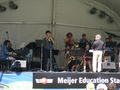 別の野外ステージではハイスクールの生徒たちによるジャズバンド演奏