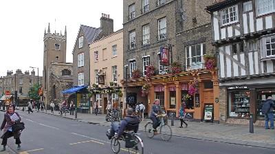 街中を自転車が通る