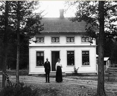 1915年の我が家。家の前に立つのは当時のオーナー夫妻