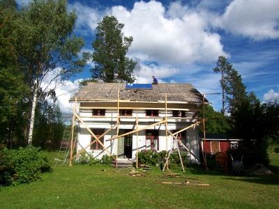 大改装着手当時の外観。家の真ん中の煙突はレンガを積みなおすために撤去。屋根は今では使用が禁止されているアスベスト製