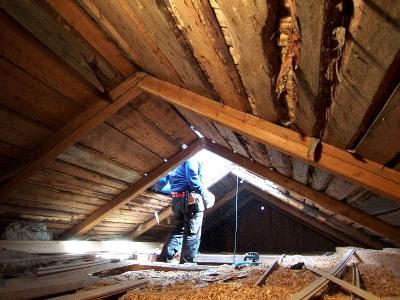 屋根裏にもしっかり断熱用オガクズが敷きつめられている。屋根を支える部分ももちろん材木