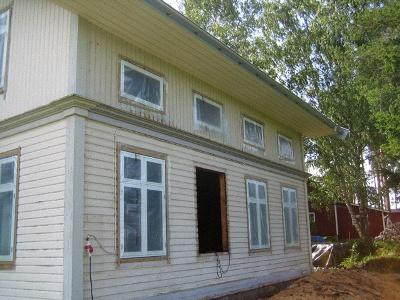 新しい窓設置完了。保護のためビニールで覆う