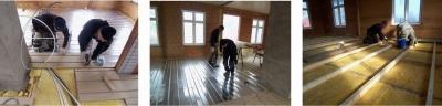 お湯の流れを計算しながら床暖房のパネルを設置。金属のパネルの上にお湯が流れるパイプを埋め込む。断熱材を設置しながら床の水平を調整