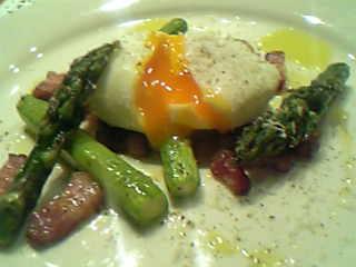 道産アスパラとベーコンポーチドエッグの一皿2