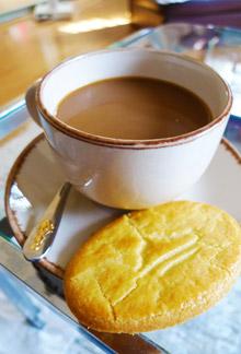コーヒーとフランス土産のクッキー