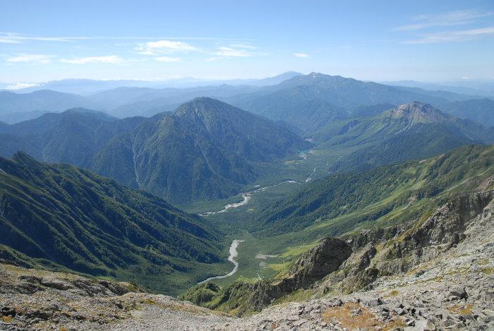 奥穂山頂より上高地を見下ろす