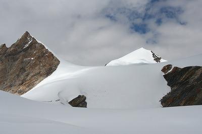 s-キャンプ2(5700m)付近からのジャナリヅ峰.jpg