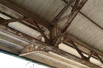 門司港駅の軒先 鉄骨に錆びが目立つ