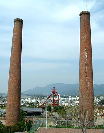 三井田川炭鉱の竪坑櫓と煉瓦煙突