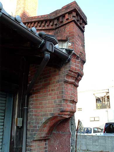 特徴ある防火壁の端部分