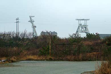 有明坑の竪抗櫓を敷地入口ゲートから見る