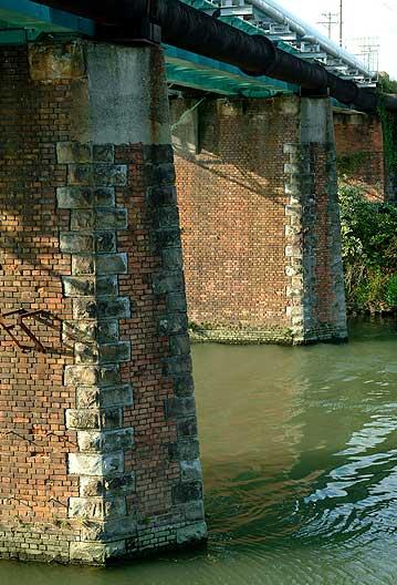諏訪川橋梁の橋脚(上流側)