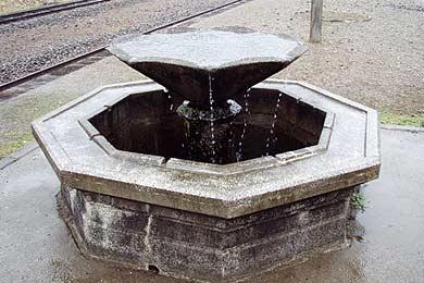 大畑駅 あさがお型の湧水盆