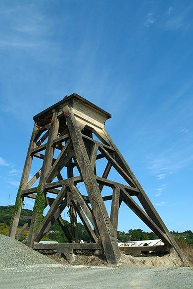 三菱古賀山炭鉱 竪坑櫓 南西から見る