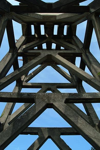 三菱古賀山炭鉱 竪坑櫓 下から見上げる