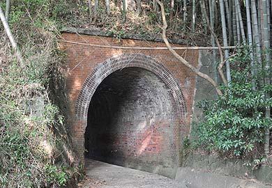 旧線に残る煉瓦アーチ橋