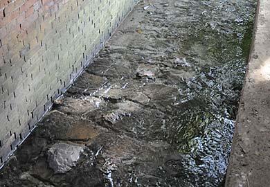 アーチ橋下を流れる水路