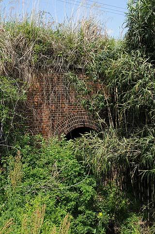 旧線跡の煉瓦アーチ暗渠