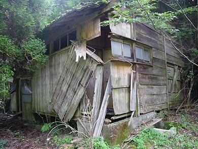 鴨猪谷の廃集落に残る廃墟