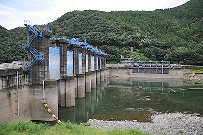 ゲート全開の荒瀬ダム