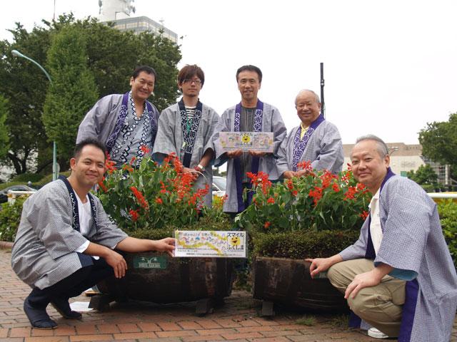 渋谷で育ったハイビスカスと南相馬生まれのサルビアの苗の交換式