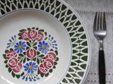 鱗のような柄と薔薇のステンシル 飾り皿