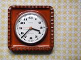KIENZLE 煉瓦色と縄模様の陶器時計
