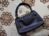 ネイビーレザーに小花柄留め具のバッグ