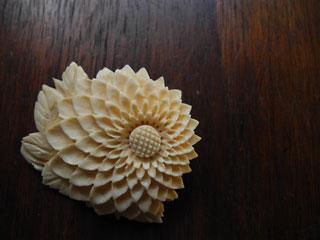 繊細な木彫りのお花ブローチ
