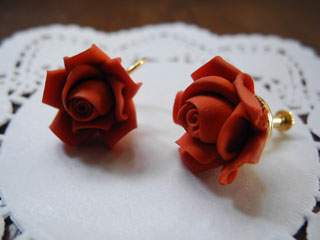 赤い薔薇のイヤリング