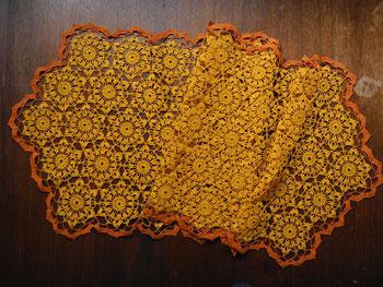 おばあちゃんお手製のレース編み 116×39.5cm